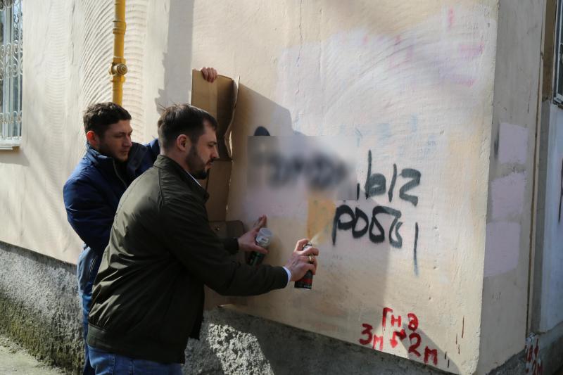 Сотрудники МВД по Республике Крым и общественники провели акцию по ликвидации нанесенной уличной рекламы наркотиков